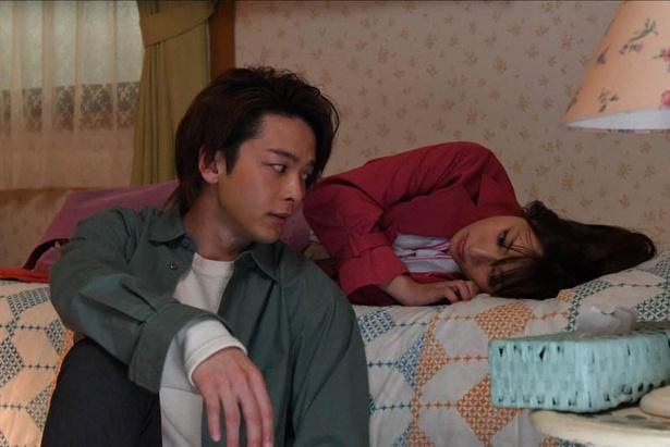 【写真を見る】ベッドで横になる順子(深田恭子)と、順子を見つめる山下(中村倫也)…!ドキドキが止まらない!!(他、第5話先行カット等40枚)