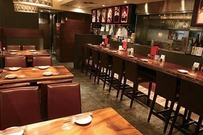 「炭火串焼・水炊き 聖橋 鳥福」の店内。ゆったりと食事が楽しめるボックス席もある