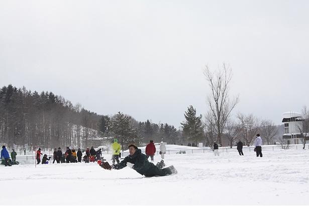 【写真を見る】雪上ダイビングキャッチというハッスルプレーに、本人はもちろん観戦者も爽快感が味わえる
