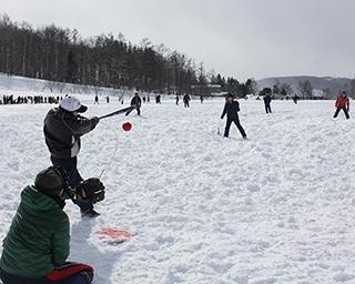 好珍プレーの続出に観戦者もくぎ付け!大熱狂の雪中ソフトボール大会