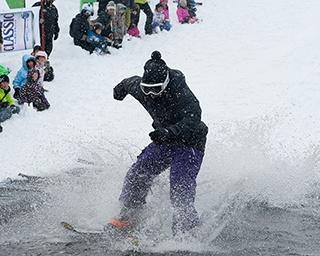 失敗したら水中にドボン! 水面滑走や雪中ボブスレーで雪と戯れる