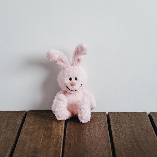 スヌーピーと仲良しの「ウサギ」がぬいぐるみに!「くたくたウサギのぬいぐるみ」(税抜2500円)