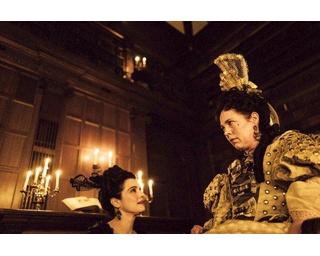 ゴールデン・グローブ賞ではオリヴィア・コールマン(右)が主演女優賞を受賞。ほかにもヴェネチア国際映画祭銀獅子賞・女優賞受賞(オリヴィア)など賞レースを席巻中!