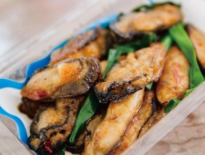 カキの阿部飛龍丸 / 福吉産「一粒かき」の甘さと豆板醤の辛さが調和した新作