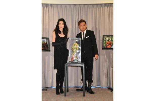 オブジェお披露目イベントに登場した萬田久子と仁科克基