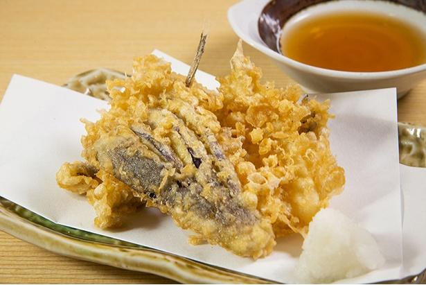 アナゴやメゴチなど、旨味十分の「天ぷら盛り合わせ」(600円)は自家製の天つゆで