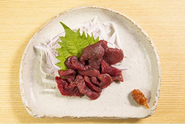 「会津の馬刺 もも肉」(1,200円)は臭みはいっさいなし。自家製ニンニク味噌と相性抜群