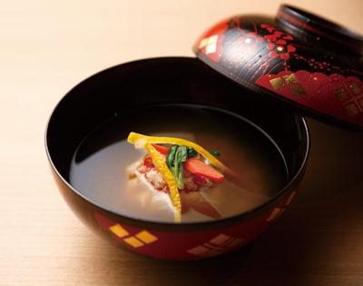 御椀の一例、雪中仕立て。煮出す温度や昆布とカツオダシのブレンド具合など、きめ細かく見極めてとる一番ダシのわんは、奥行きのある味