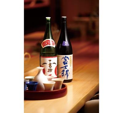 店主の故郷である静岡県の地酒・高砂、富士錦を中心にそろえる