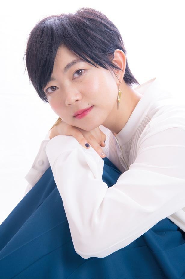 """【写真を見る】座ってたたずむ石橋菜津美。""""ショートカットの美女""""だ"""