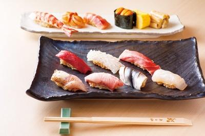 アオリイカやノドグロ、寒ブリといった北陸の魚のほか、北海道・戸井産本マグロの大トロや赤身など、上握り12貫/鮨うら山