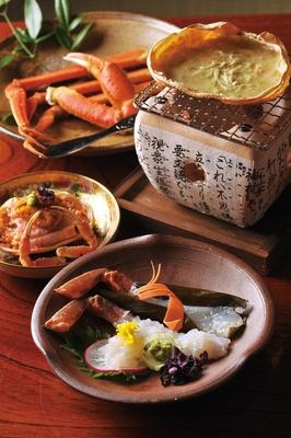 カニの刺身や蒸しガニ、コクのある内子や外子がふんだんに使われた香箱ガニ重ね寿司など、全7種のコース/料亭きときと