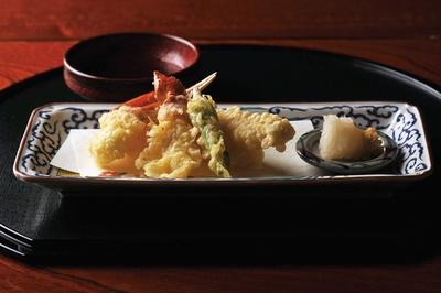 カニの身の食感が楽しめるよう、薄付きの衣で揚げた天ぷら/料亭きときと