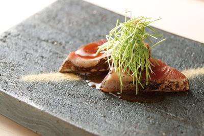 まれに日本海で水揚げされている迷いガツオのたたきを、タマネギのおろしポン酢とトリュフオイルで味わう/すし昇