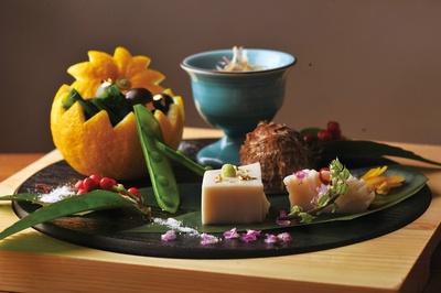 牛肉の時雨煮やゴマ豆腐などが付いた八寸の五種盛/柳橋焼にく わにく