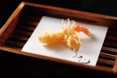 通常才巻海老身と足は別々に供される/天ぷら酒房 西むら
