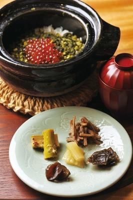 塩漬けしたカブの葉で作る、締めの自家製菜飯とイクラの土鍋ご飯/味処 よこゐ