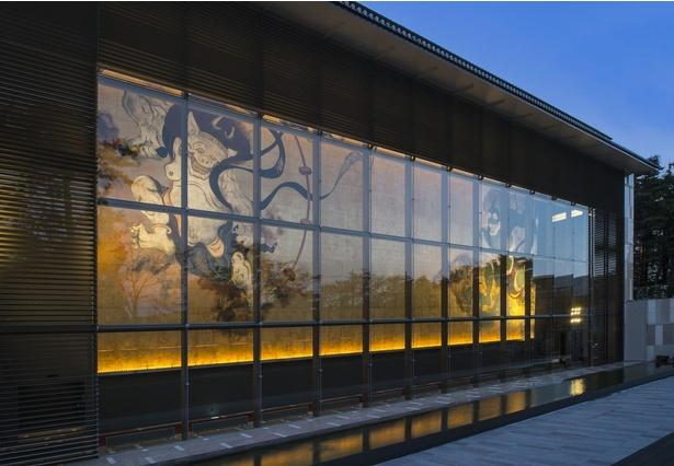 【写真を見る】岡田美術館外観。「風神・雷神図」の壁画はチョコレートのモチーフにもなっている