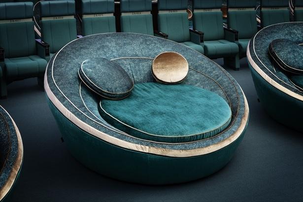 【写真】銀河シートのデザインはプラネタリウムの原型・惑星運行儀をイメージ