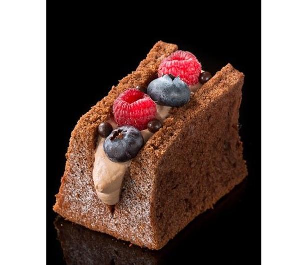 チョコレートシフォンに生クリームとベリーの人気の組み合わせサンド「ベリーベリー」(390円)