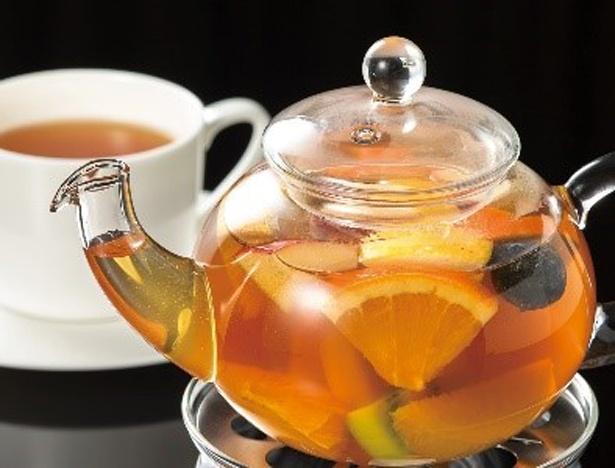 年間20万トンから最高品質のみを使用した高級茶葉に6種類のフルーツを贅沢にたっぷりと入れた「フルーツティ」(880円)