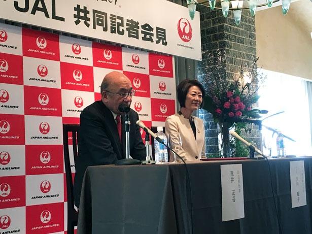写真左から、荒井正吾奈良県知事とJALの大川順子副会長