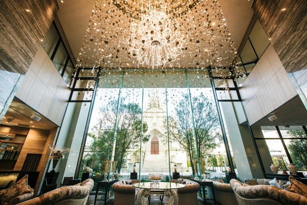 豪華なシャンデリアやゆったりとしたソファが、ラグジュアリーな空間を演出