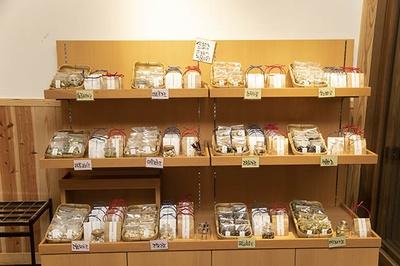 店頭には厳選した豆菓子、お豆(各380円)の販売も。みやげとしても良さそう