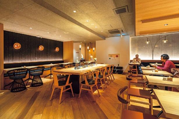 照明や木の温かみを感じる家具がセンスよく配されたモダンな店内/吉祥菓寮 京都四条店