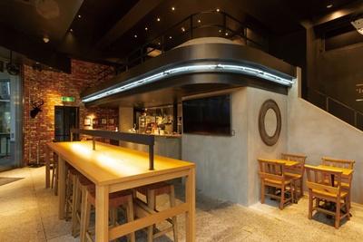 【写真を見る】1階にテーブル、2階にソファー席と、系列店のなかでも最大級の規模を誇る/THE ALLEY 神戸・三宮店
