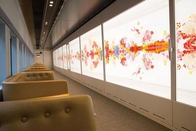 【写真を見る】アーティストたちによる現代アートの数々が各車両に展示される「GENBI SHINKANSEN」