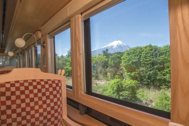 絶景の富士山を見渡すことができる「富士山ビュー特急」