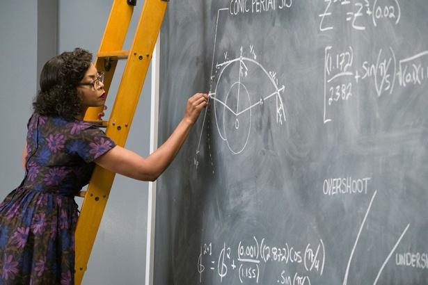 職場にはびこる差別と戦いながら、計算を武器に宇宙開発で活躍する女性の姿を描く(『ドリーム』)