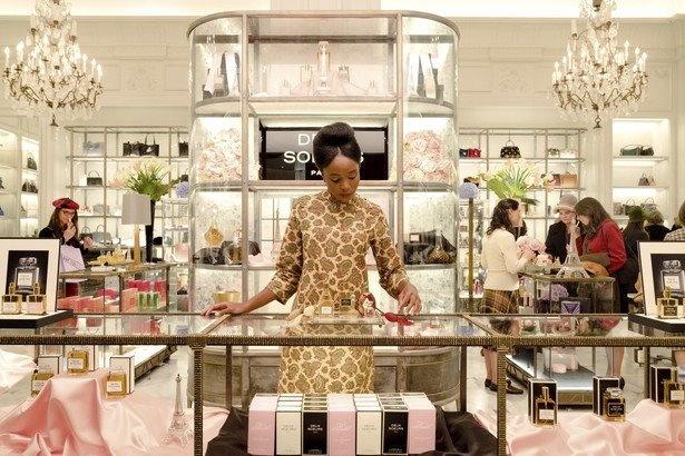 ティッシュは黒人唯一の店員としてデパートの香水売り場で働いています。「黒人を雇ってるのよ、うちって進歩的でしょ?」っていう雇い主のアピールが、なんかヤな感じ…