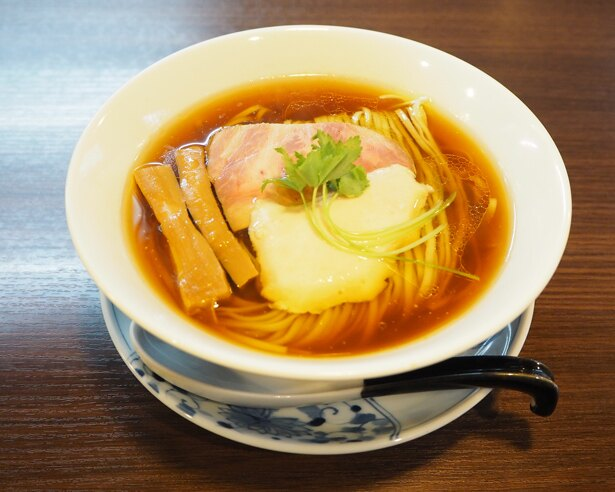 看板メニュー「醤油らぁ麺」(730円)。透き通った醤油スープと緑色のスピルリナ麺が特徴