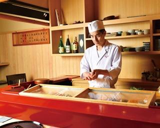 付け台を塗り直し、華やかな雰囲気に。中澤さんの無駄のない所作も美しい