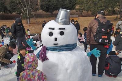 雪だるまコンテストは、高さ1mまでの大きな雪だるまをグループで作って競う(写真はイメージ)