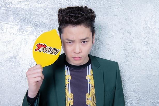 【写真を見る】レモンパネルを持ってにらみをきかせる柾木玲弥