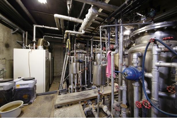 建物の地下に設置された蒸気ボイラー