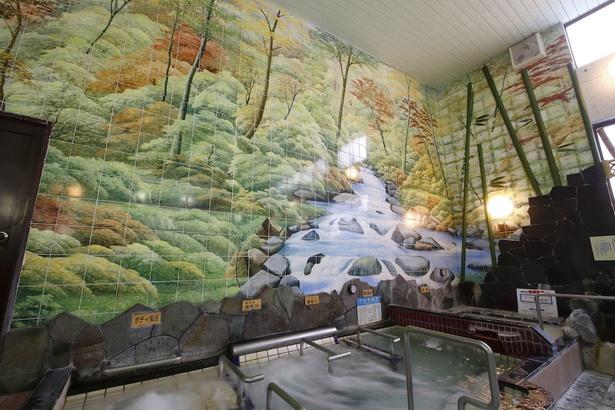 ほのかに色づく木々が美しい女湯のタイル絵。見るだけで心が和む