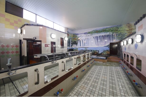 色とりどりのタイルが配された洗い場の壁も美しい