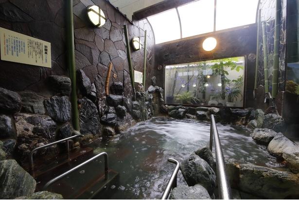 竹の装飾が施された風情漂う岩風呂