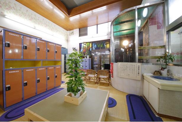 カラフルな色使いが、学生など若い年代も入りやすい雰囲気の脱衣所