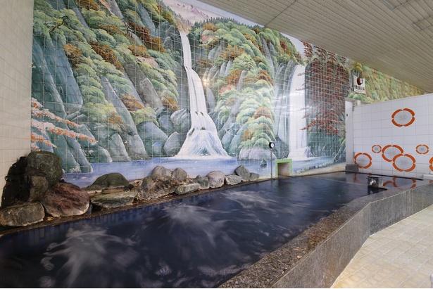 臨場感あふれる渓流のタイル画が施された男湯