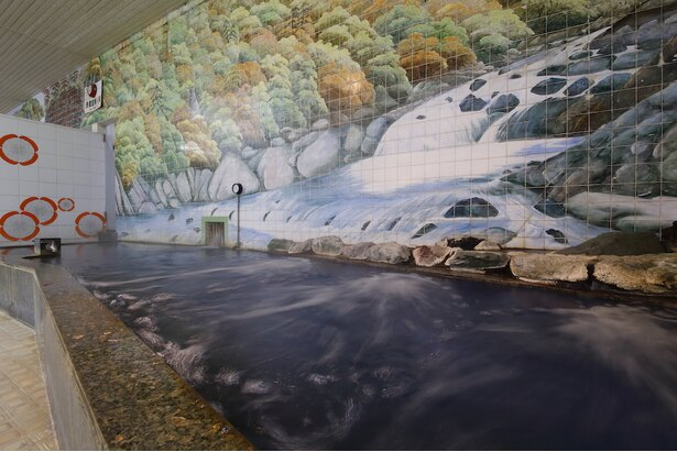 女湯にも雄大な渓流が描かれている