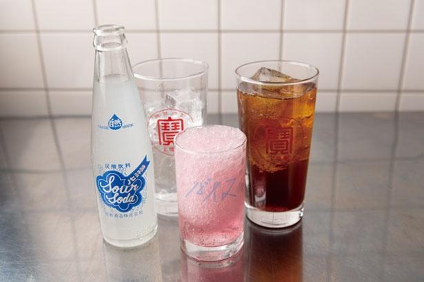梅シソ風味のバイス(410円・中)やスパイスティーサワー(486円・右)など、ドリンクは日本ならではのもの/台風飯店