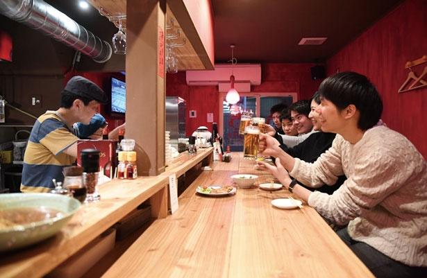 カウンター席のみで、店員や周りの客との会話も弾む/中華アジアンバル 玉造夜市