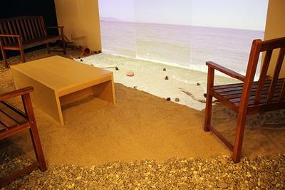 五色浜をイメージした玉砂利と、大浜海岸の砂を用いてビーチを再現
