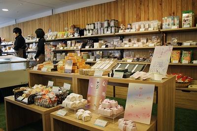 店内では淡路島の名産品が販売される