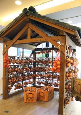 【写真を見る】淡路島ではおなじみの光景だという玉ねぎ小屋を店内に再現